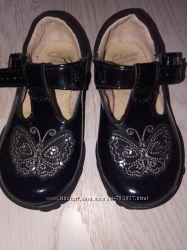 Лаковые туфли ботиночки clarks в идеальном состоянии 23-24 р