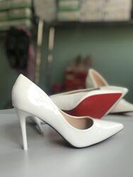 Белые лаковые туфли  с красной подошвой,