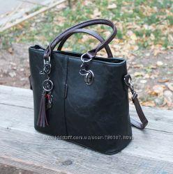 вместительная черная сумка с брелком-кошкой