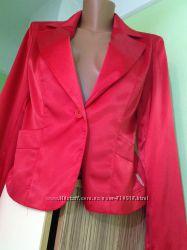 Фирменный красный пиджак
