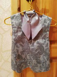 Серебристая жилетка с галстуком-аскот