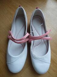 Кожаные спортивные туфли балетки на липучках Lacoste