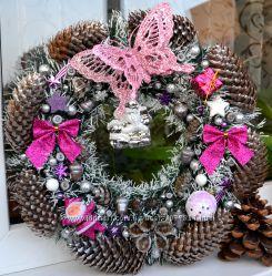 Новогодний веночек на дверь в розовом оформлении.