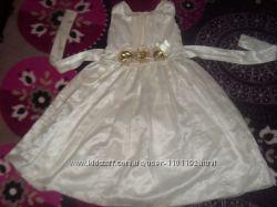 Платье белое с розочками