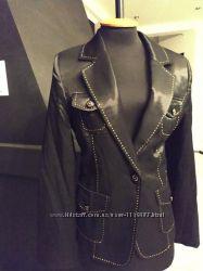 Офисный пиджак с легким блеском под пояс