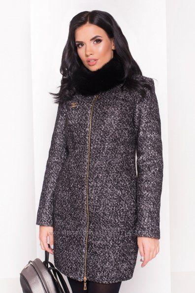 Зимнее женское пальто с меховым съемным воротником.