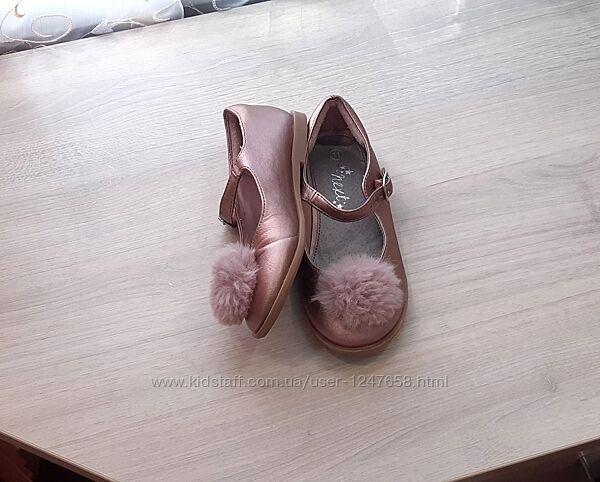 Красивые перламутровые туфли