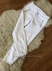 Белые джинсы скинни с замками на штанинах