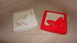 Коробка 15 на 15 на 3 см с фигурным окном Бабочка