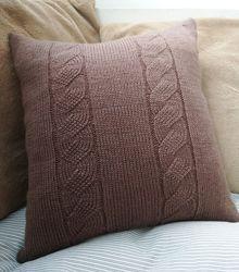 Декоративная вязаная подушка шоколадного цвета