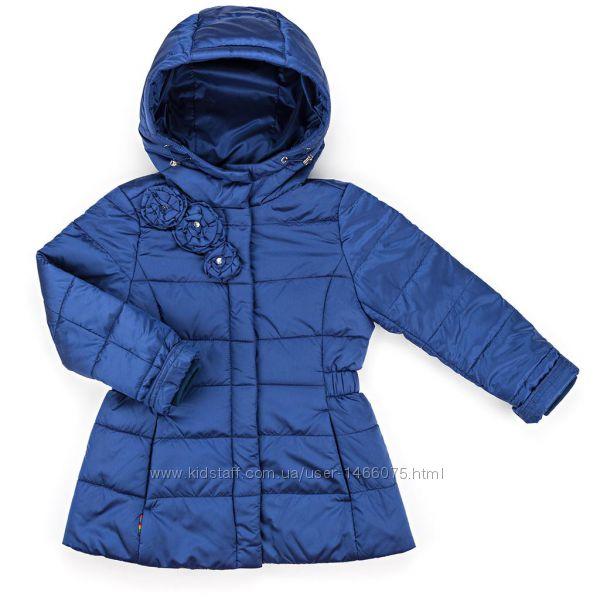 Демисезонная удлинённая куртка с капюшоном для девочки на 5 и 6 лет.