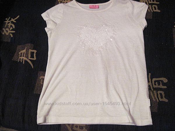 Белая футболка с паетками в форме сердечка