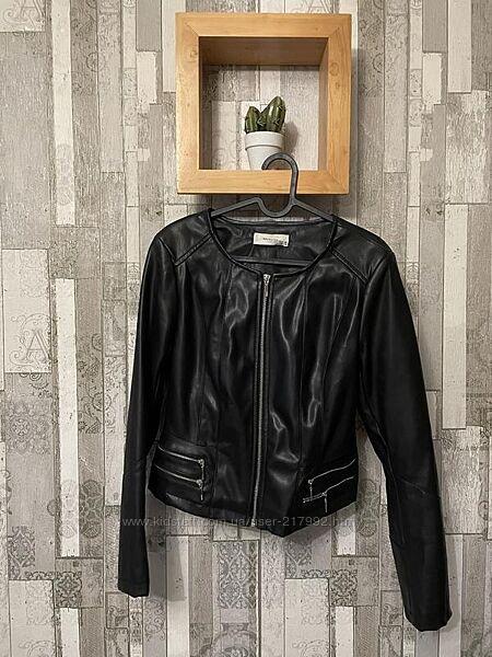 Чёрная куртка из кожзама Reserved р.38