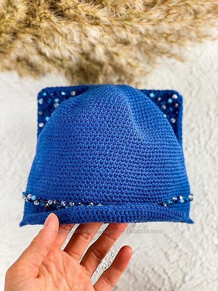 Синяя кепка на девочку с камнями